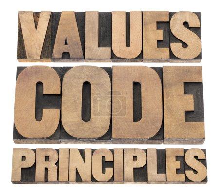 Photo pour Valeurs, code, principes mots - un collage de texte isolé dans des blocs d'impression vintage typographiques en bois - image libre de droit