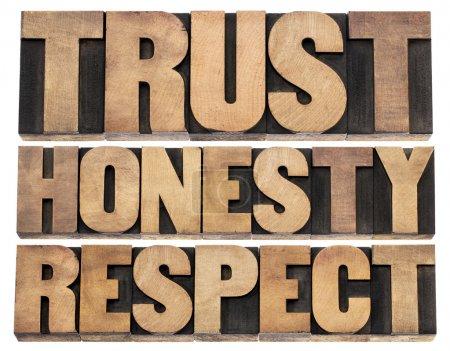 Photo pour Confiance, honnêteté, respect - mots isolés dans des blocs d'imprimerie vintage en bois de typographie - image libre de droit