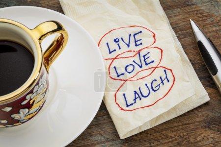 Photo pour Vivre, aimer, rire - mots motivants - une serviette griffonne avec une tasse de café expresso - image libre de droit