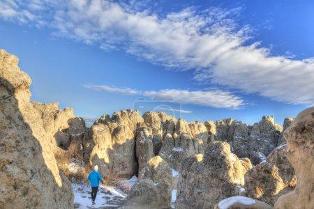 Photo pour Un randonneur dans le Fort Naturel sculpté à partir de grès (Formation d'Oligocenne White River) par érosion - point de repère géologique et historique dans la prairie du nord du Colorado - image libre de droit