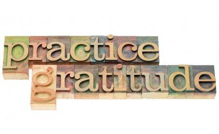 Photo pour Gratitude pratique - texte isolé dans des blocs d'impression en bois de typographie teinté par des encres de couleur - image libre de droit