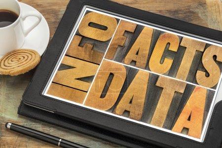 Photo pour Information, données, faits mot abstrait en caractères typographiques vintage blocs d'impression sur un tbalet numérique avec tasse de café - image libre de droit