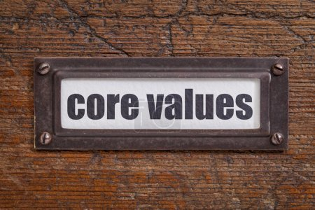 Photo pour Balise de valeurs Core - étiquette de fichier CAB, bronze titulaire contre grunge et bois rayé - image libre de droit