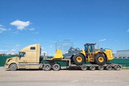 Photo pour Le camion avec tracteur livré sur elle - image libre de droit