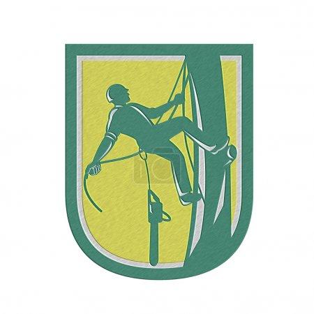 Photo pour Illustration du bûcheron élagage arbre chirurgien avec harnais corde et tronçonneuse suspendus escalade arbre poteau ensemble à l'intérieur de la crête de bouclier sur fond isolé fait dans le style rétro de style métallique - image libre de droit
