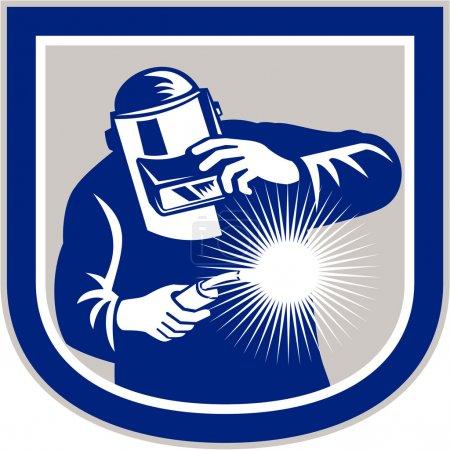 Illustration pour Illustration d'un soudeur travaillant à l'aide d'une torche de soudage vue de l'avant tenant sa visière fixée à l'intérieur de la forme de la crête du bouclier sur un fond isolé fait dans un style rétro . - image libre de droit