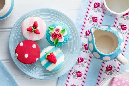 Photo pour Tea party avec cupcakes sur le thème de l'été - image libre de droit
