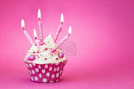 Foto de Magdalena decorada con velas de color rosa - Imagen libre de derechos