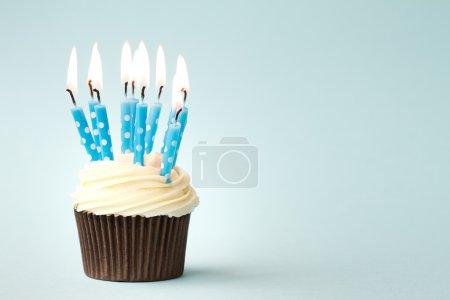 Foto de Magdalena decorada con velas de cumpleaños - Imagen libre de derechos