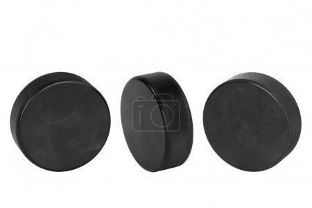 Photo pour Rondelles de hockey, alignées en rang sur fond blanc - image libre de droit