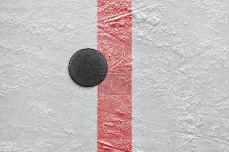Photo pour Puck couché sur la ligne de but rouge. Texture, fond - image libre de droit