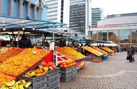 Photo pour Foin de marché (hotorget) sur hotorget carré. pendant la journée, c'est le site d'un marché fruits et légumes, sauf le dimanche, quand les marchés aux puces sont disposés. - image libre de droit