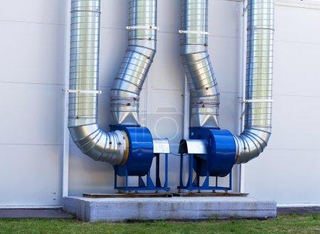 Photo pour Systèmes de ventilation des bâtiments industriels situé au mur - image libre de droit