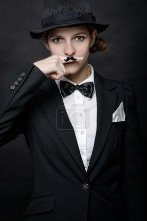 Photo pour Jeunes femmes portant une fausse moustache, peinte sur son doigt . - image libre de droit
