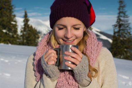 Photo pour Fille boire du thé chaud dans la forêt d'hiver - image libre de droit