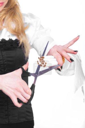 Photo pour Femme coupant des cigarettes isolées sur blanc - image libre de droit
