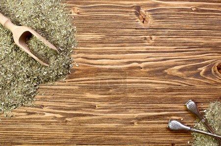 Photo pour Fond - yerba mate et bombilla, sur une table en bois, espace pour le texte - image libre de droit
