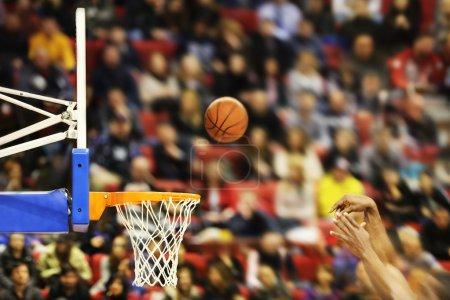 Photo pour Marquer les points gagnants lors d'un match de basket-ball, le flou de mouvement - image libre de droit