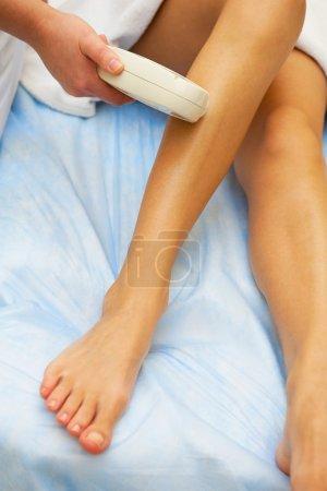 Photo pour Épilation au laser sur les jambes des dames - image libre de droit