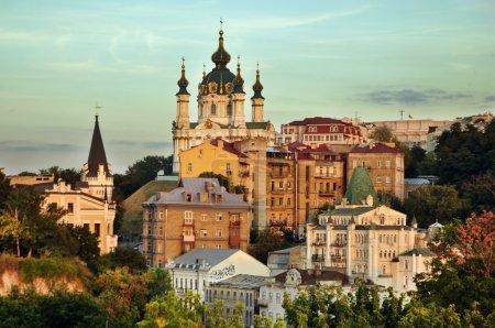 Photo pour Andriyivsky uzviz - rue célèbre de souvenirs et artisanat, kiev, ukraine - image libre de droit