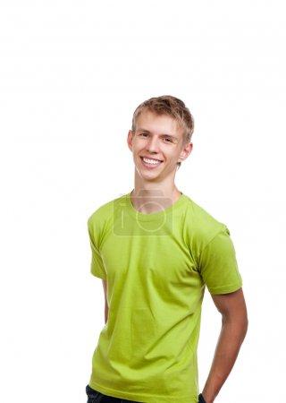 Photo pour Sourire heureux bel homme excité en regardant la caméra, les mains dans le dos poche - image libre de droit