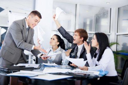 Photo pour Conflit d'affaires travaillant à problème, les femmes et les hommes d'affaires émotion négative à moyen sérieux, discutant rapport réunion au bureau de bureau - image libre de droit