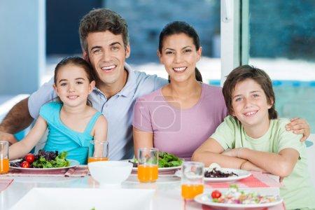 Photo pour Dîner de famille heureuse grande génération à la maison - image libre de droit