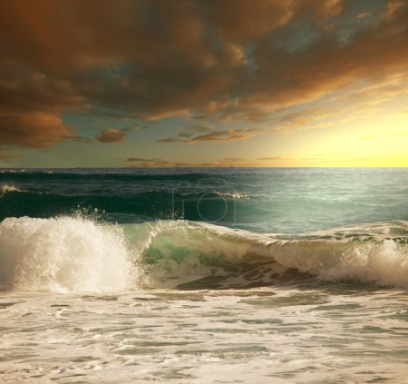 Photo pour Vague sur la plage - image libre de droit