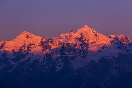 Photo pour Principale crête caucasienne au coucher du soleil.Pics Tetnuld et Gestola, Géorgie - image libre de droit