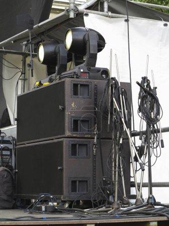 Photo pour Vieux puissants haut-parleurs concerto, amplificateurs, projecteurs, équipements scéniques - image libre de droit
