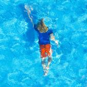 Chlapec pod vodou