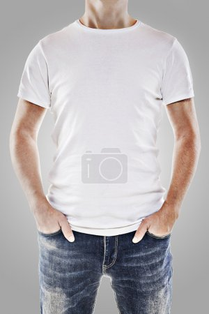 Photo pour Jeune homme portant un t-shirt blanc vierge - image libre de droit
