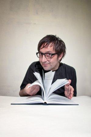 Photo pour Les hommes décontractés en chemise noire lisent un livre . - image libre de droit