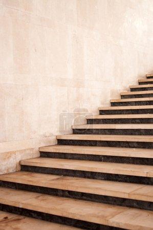 Photo pour Escalier passage souterrain menant sur la rue - image libre de droit