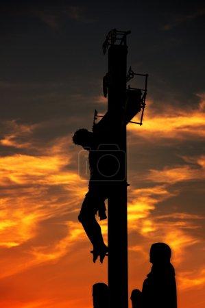 Photo pour Statue de crucifixion du XVIIe siècle sur le pont Charles à Prague, République tchèque. L'image est prise contre la lumière au coucher du soleil . - image libre de droit