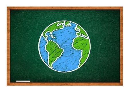 Photo pour Dessin de la planète Terre sur un tableau scolaire vert, concept de classe de géographie . - image libre de droit