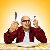 Muž u jídelního stolu