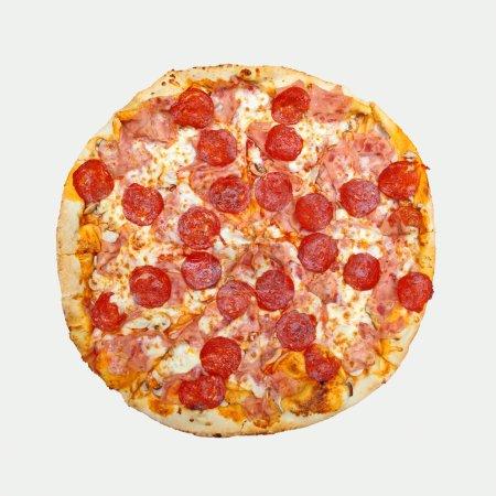 Photo pour Pizza au pepperoni isolé sur whitebackground. savoureuse pizza au pepperoni saucisse cuout - image libre de droit