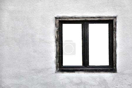 Photo pour Vieille fenêtre en bois avec vitres découpées sur un mur blanc grunge . - image libre de droit