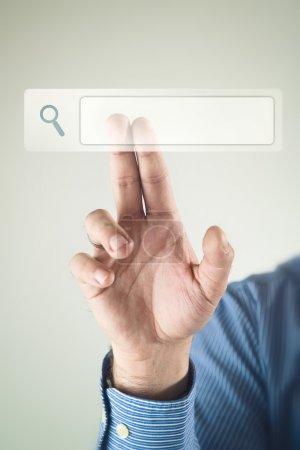 Photo pour Main d'homme d'affaires en cliquant sur la page de recherche internet à écran tactile - image libre de droit