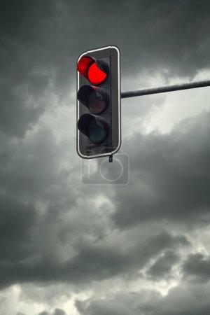 Photo pour Arrêter de lumière, le feu rouge sur une journée nuageuse - image libre de droit