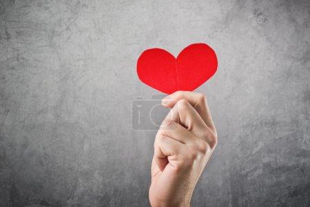 Photo pour Être ma valentine, la notion de Saint Valentin. homme tenant coeur de papier rouge à la main - image libre de droit