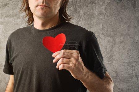 Photo pour Être ma valentine, la notion de Saint Valentin. homme tenant coeur de papier rouge dans ses mains - image libre de droit
