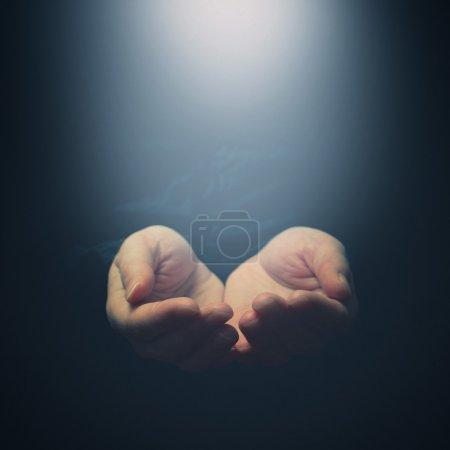 Photo pour Les mains féminines s'ouvrent à la lumière. Tenir, donner, montrer le concept. Focus sélectif sur les doigts . - image libre de droit