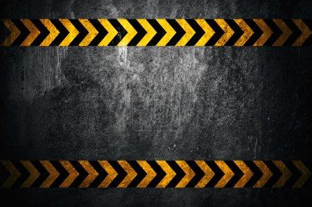 Photo pour Fond d'asphalte avec des marques noires et jaunes - image libre de droit