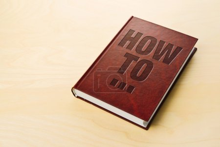 Photo pour Comment réserver. Guide personnel sur la table . - image libre de droit