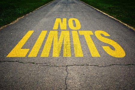 Photo pour Aucun message de limites sur la route goudronnée. concept de sécurité de conduite et de prévention d'accident de la circulation. - image libre de droit