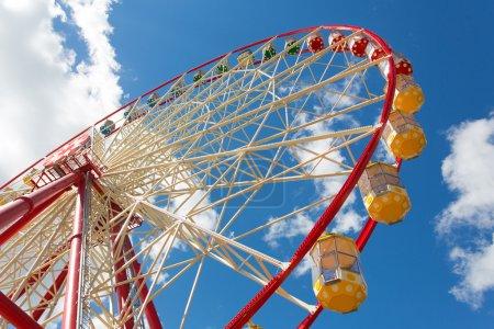 Photo pour Ferris roue contre ciel bleu - image libre de droit