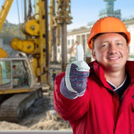 Photo pour Travailleur heureux contre chantier - image libre de droit