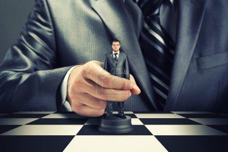 Photo pour Grand patron, jouer aux échecs à l'aide d'homme d'affaires - image libre de droit